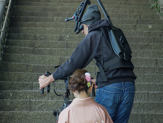 Gimbal operator climbing stairs wearing an AiRScouter WD-330C headset