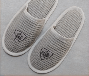 Mens slippers with embroidered emblem