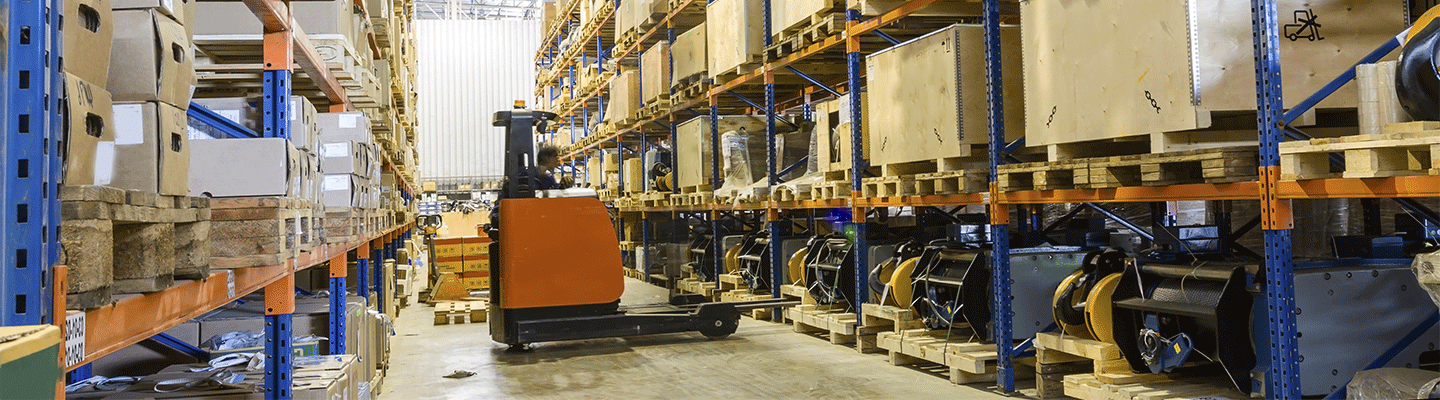Warehouse facility and forklift
